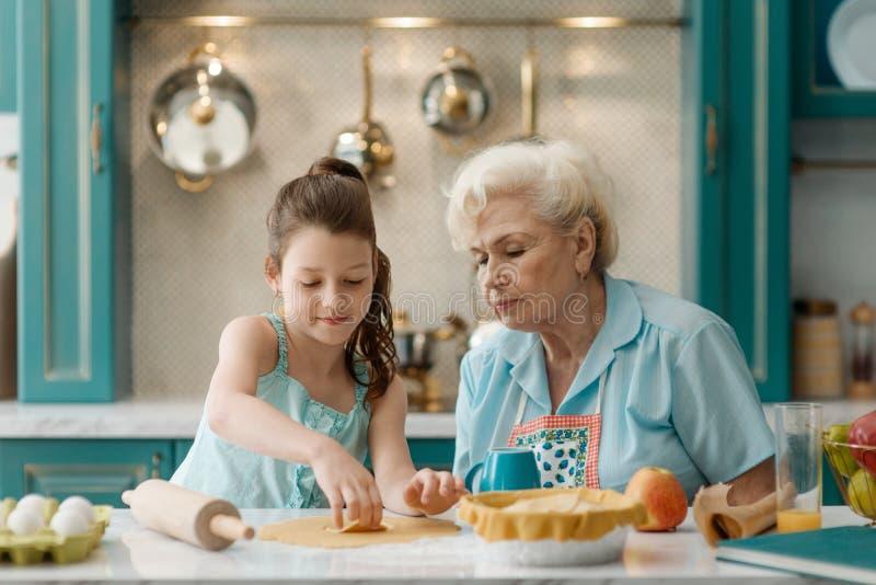 La bambina impara cuocere immagini stock