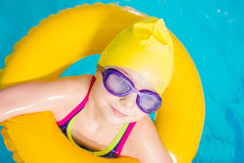 La bambina impara nuotare fotografie stock