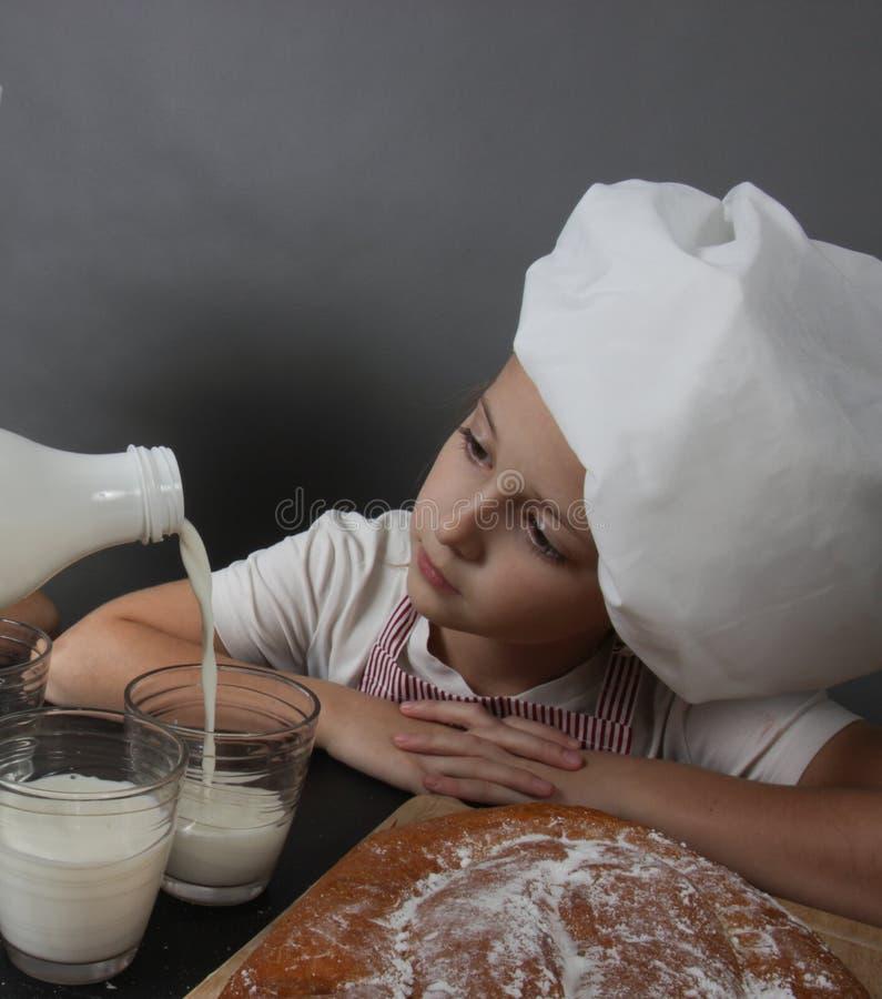 La bambina impasta la pasta fotografia stock libera da diritti