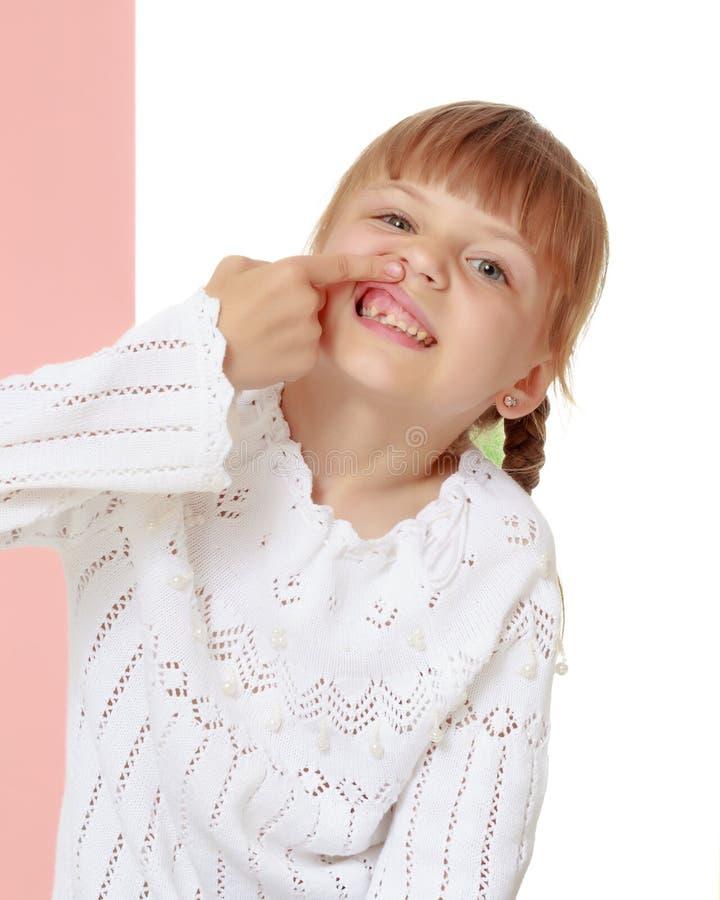 La bambina indica che non ha un dente immagini stock libere da diritti