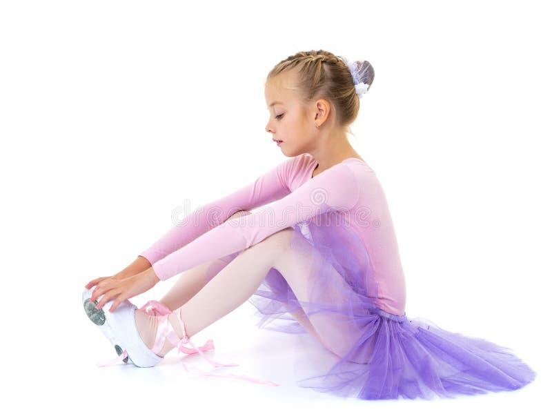 La bambina indossa le scarpe di balletto fotografia stock