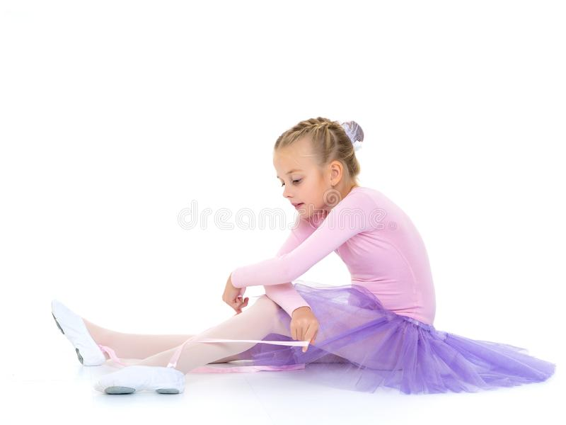 La bambina indossa le scarpe di balletto fotografie stock libere da diritti