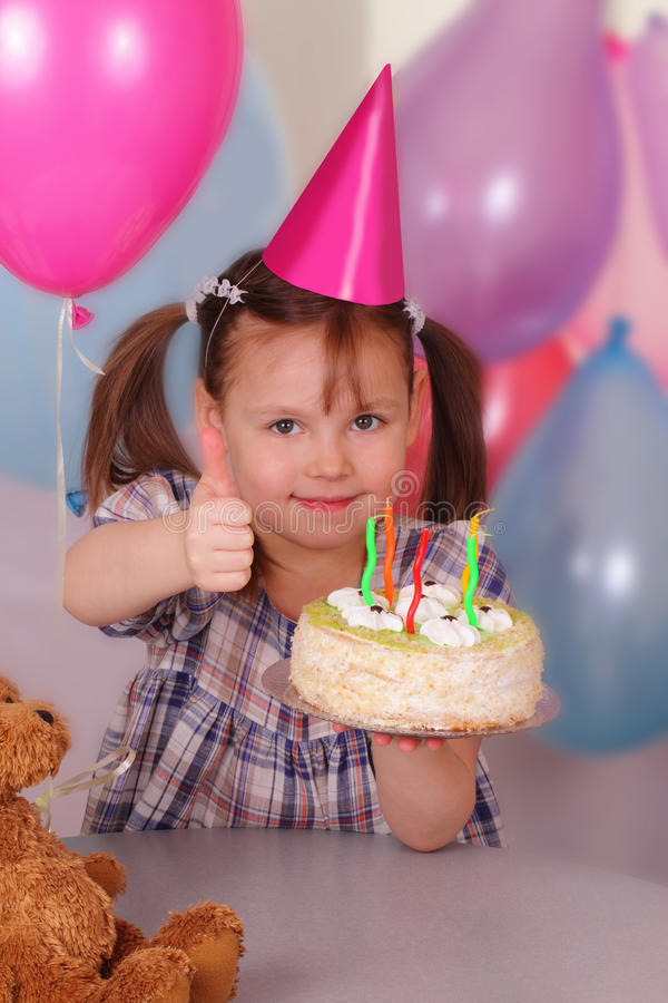La bambina meravigliosa celebra il suo compleanno immagine stock libera da diritti