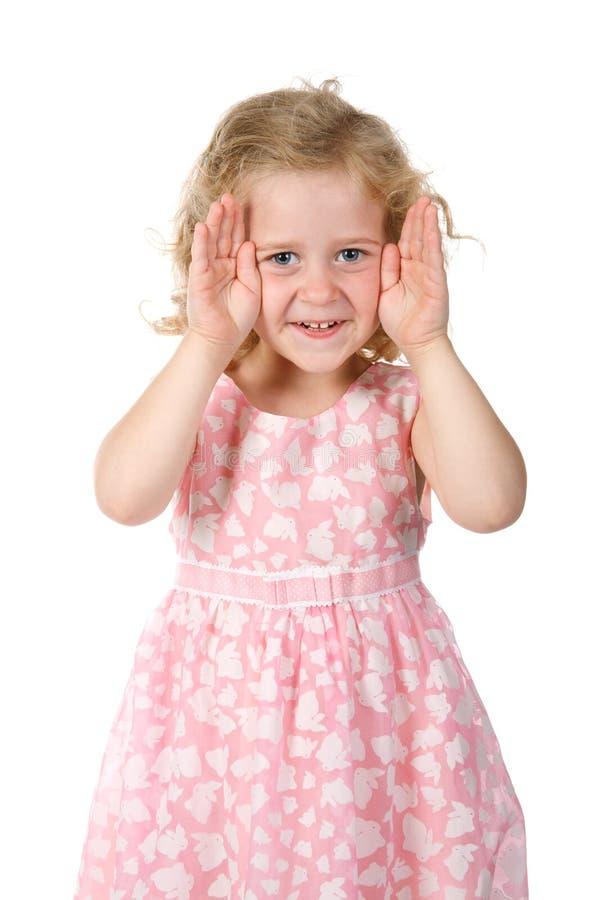 La bambina mostra un fronte dalle mani fotografie stock libere da diritti