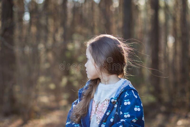 La bambina in natura ? triste ed annoiata fotografia stock libera da diritti