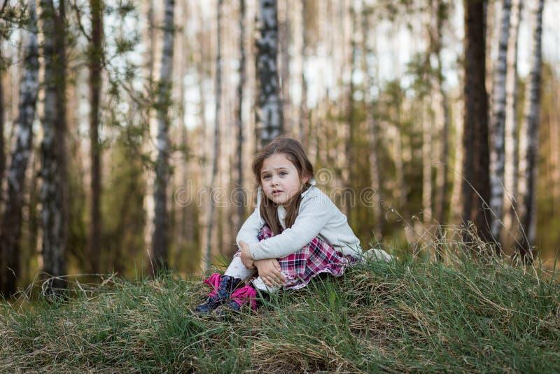 La bambina in natura ? triste ed annoiata immagine stock libera da diritti
