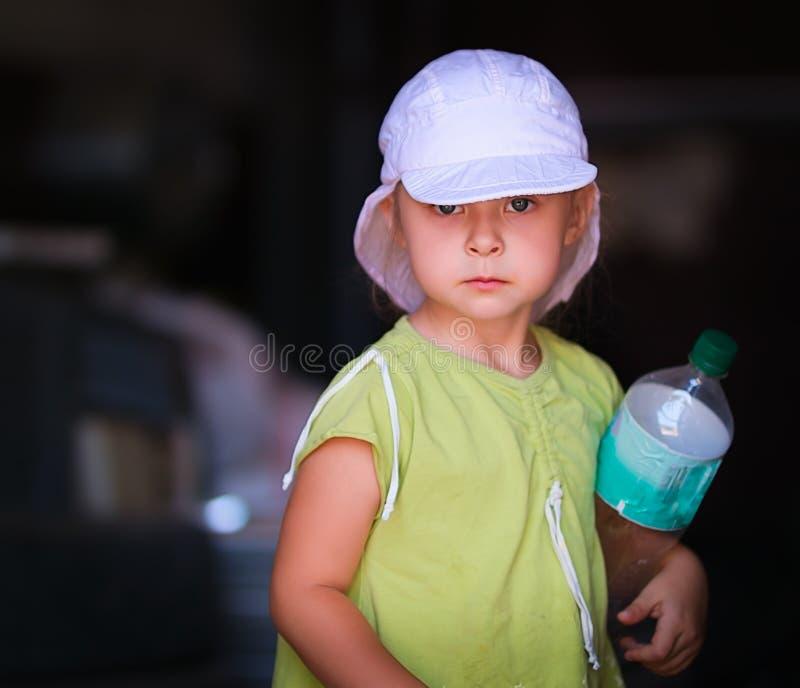La bambina nel Panama con la bottiglia di acqua fotografia stock