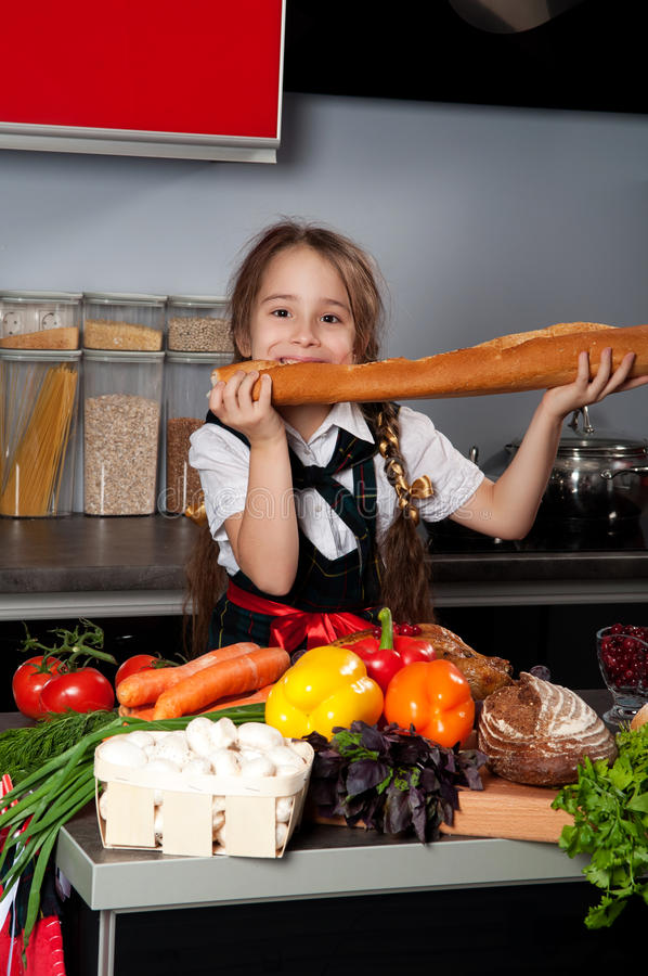 La bambina nella cucina