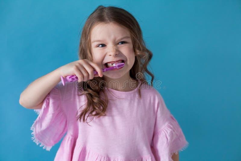 La bambina pulisce la sanità dell'odontoiatria dei denti piacevole immagine stock libera da diritti