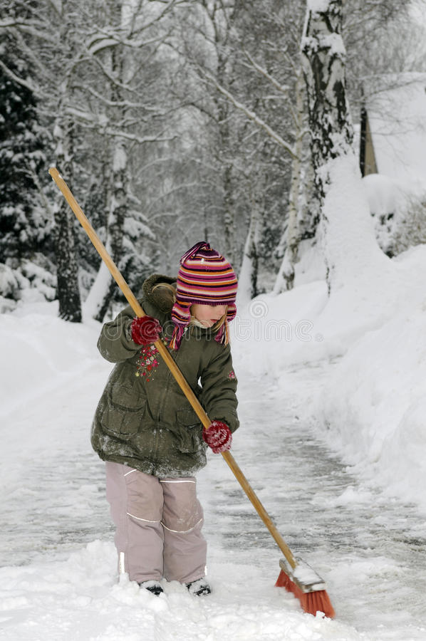 La bambina salta la neve immagine stock