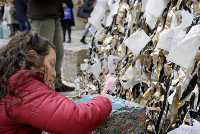 La bambina scrive il suo messaggio per Santa Claus fotografia stock libera da diritti