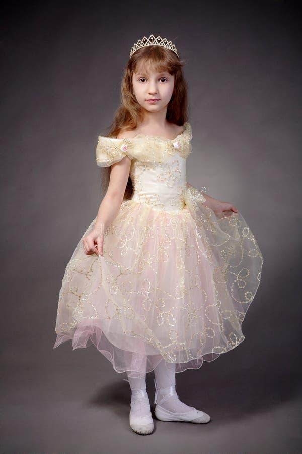 La bambina si è vestita in su come principessa fotografie stock
