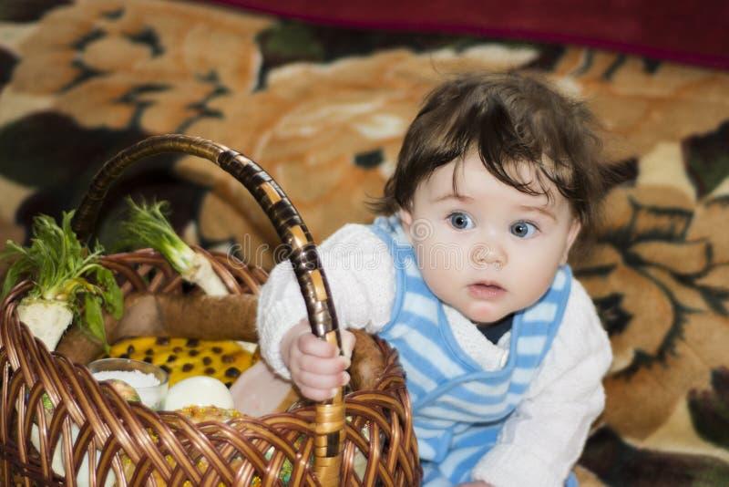 La bambina si rallegra al canestro festivo fotografia stock