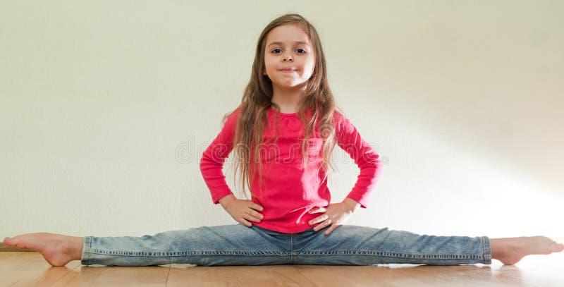 La bambina si siede sull'le spaccature immagini stock libere da diritti