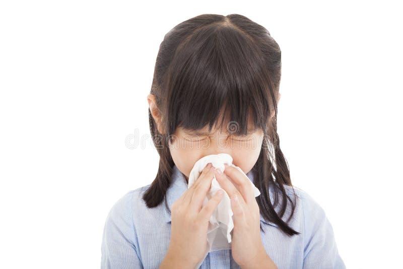 La bambina soffia il suo naso fotografia stock libera da diritti
