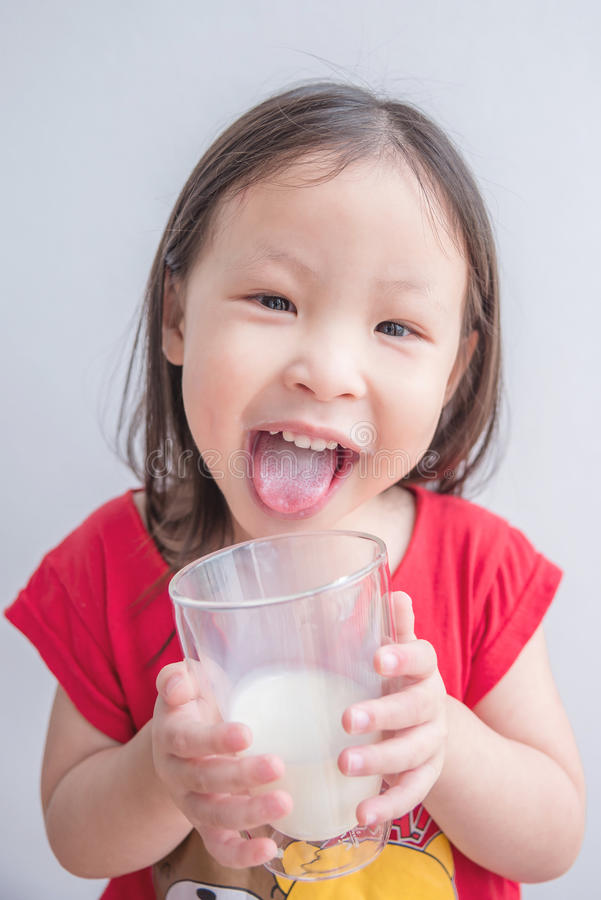 La bambina sorride dopo latte alimentare fotografie stock libere da diritti
