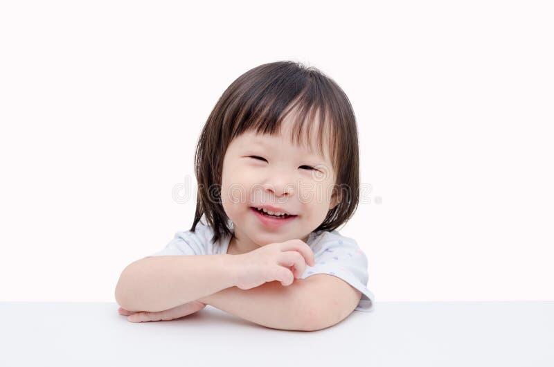 La bambina sorride sopra bianco immagine stock