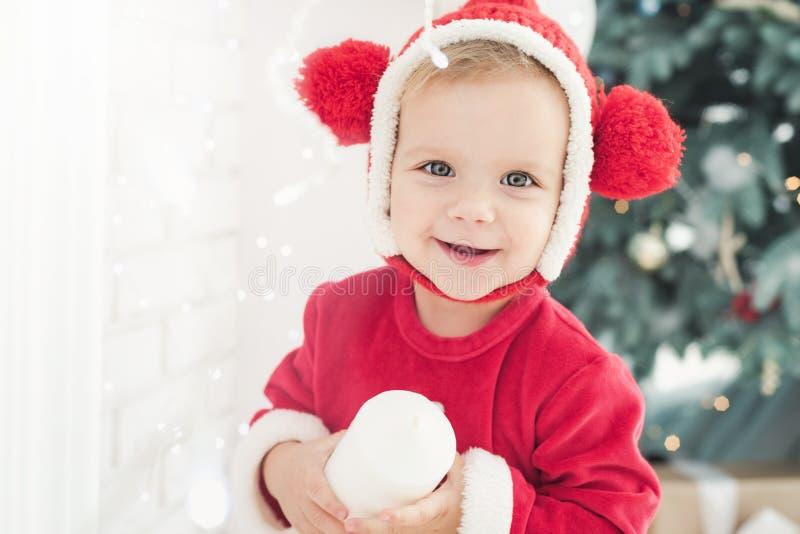 La bambina sotto l'albero di Natale fotografie stock