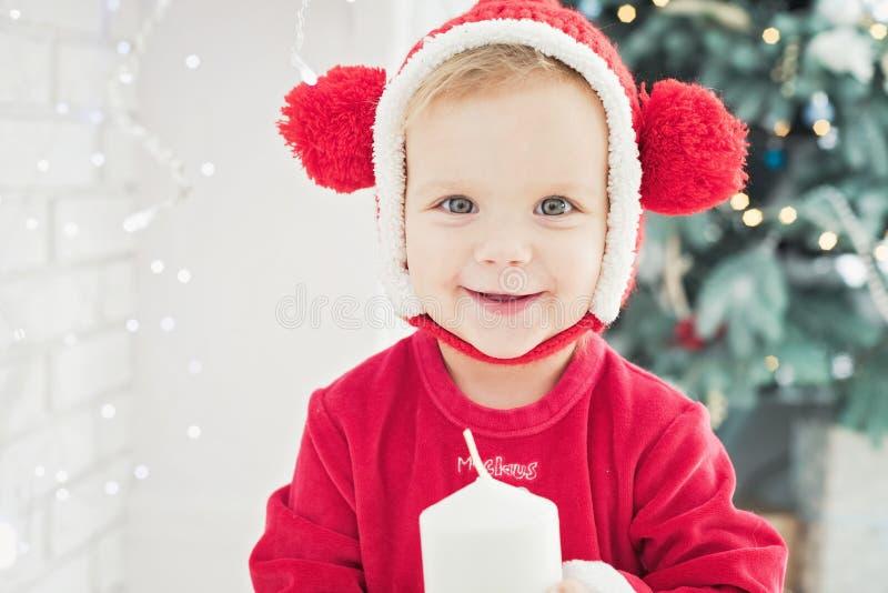 La bambina sotto l'albero di Natale immagini stock