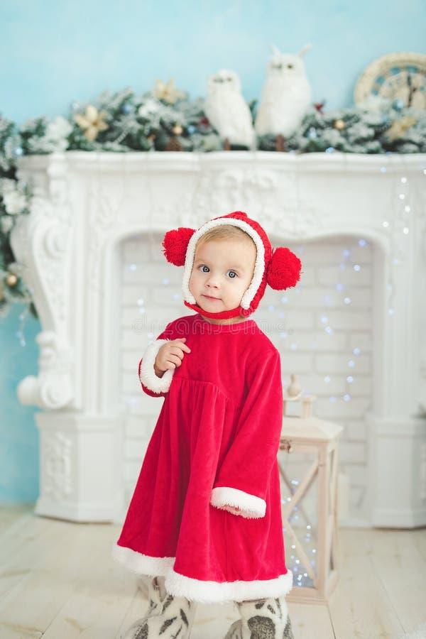 La bambina sotto l'albero di Natale fotografia stock libera da diritti