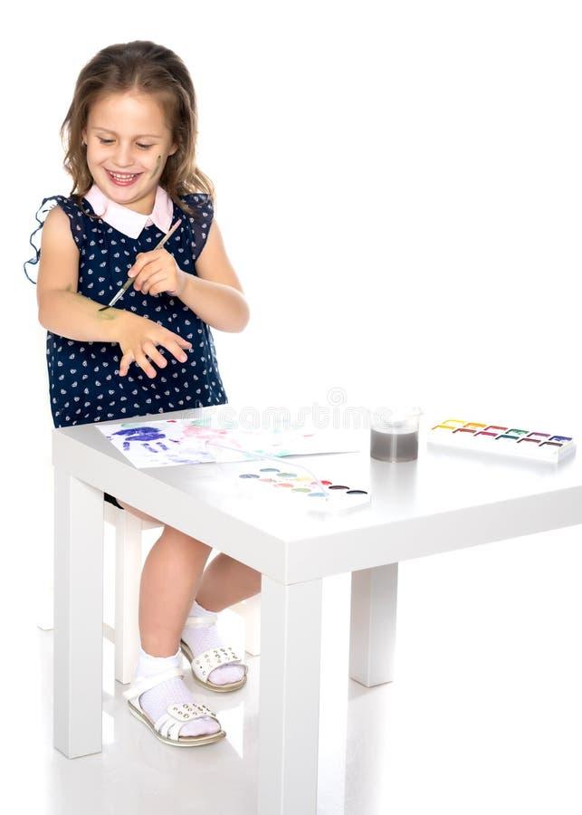 La bambina sporcata con le pitture immagine stock libera da diritti
