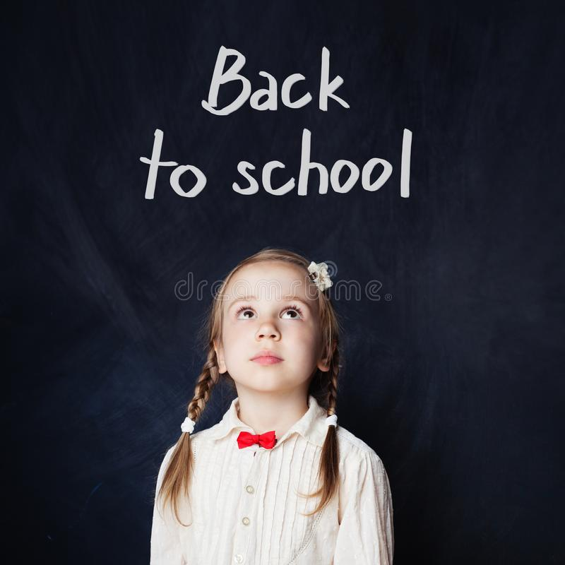 La bambina sta andando a scuola per la prima volta fotografia stock