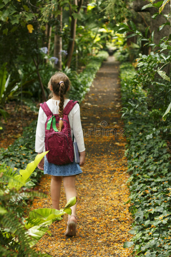 La bambina sta camminando sul parco botanico fotografie stock libere da diritti