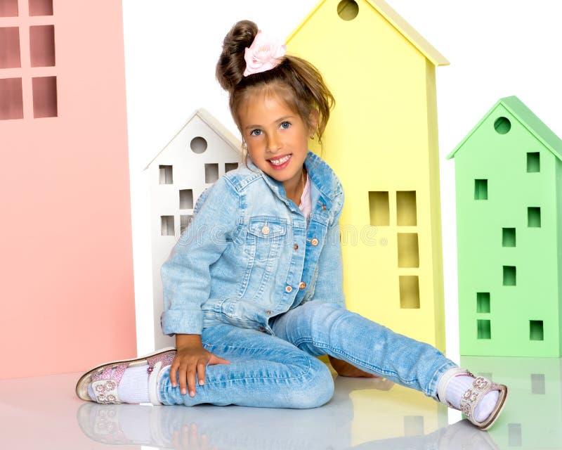 La bambina sta giocando con le case di legno fotografia stock libera da diritti