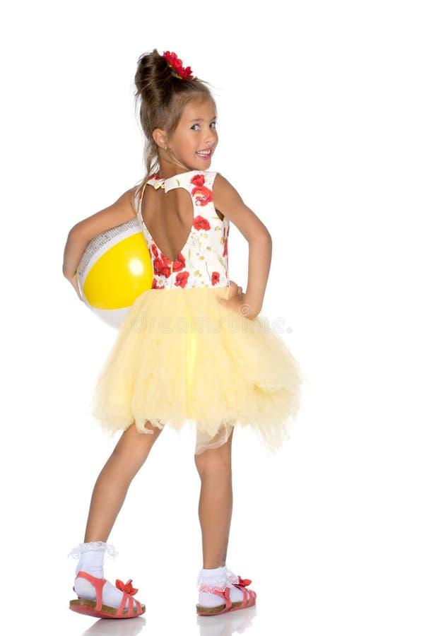 La bambina sta giocando con una palla fotografia stock