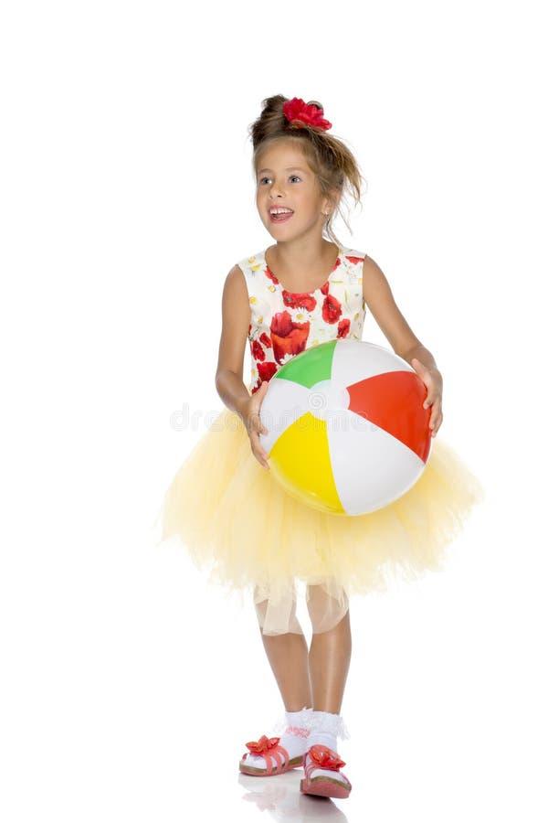 La bambina sta giocando con una palla immagine stock