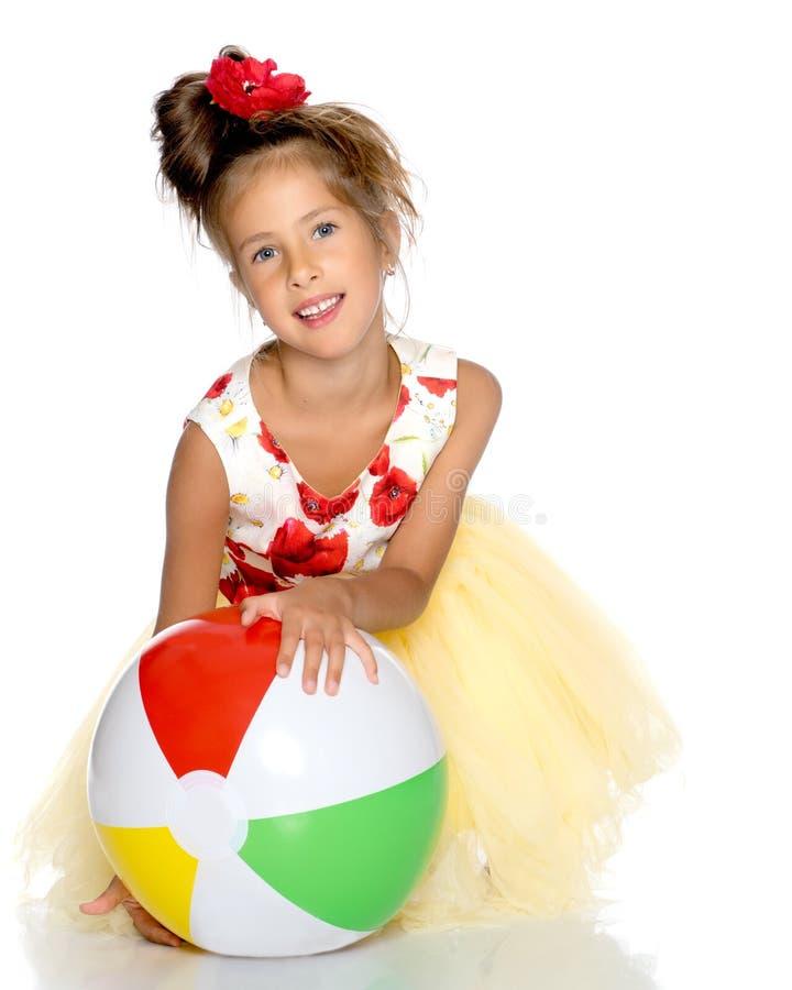 La bambina sta giocando con una palla immagini stock libere da diritti