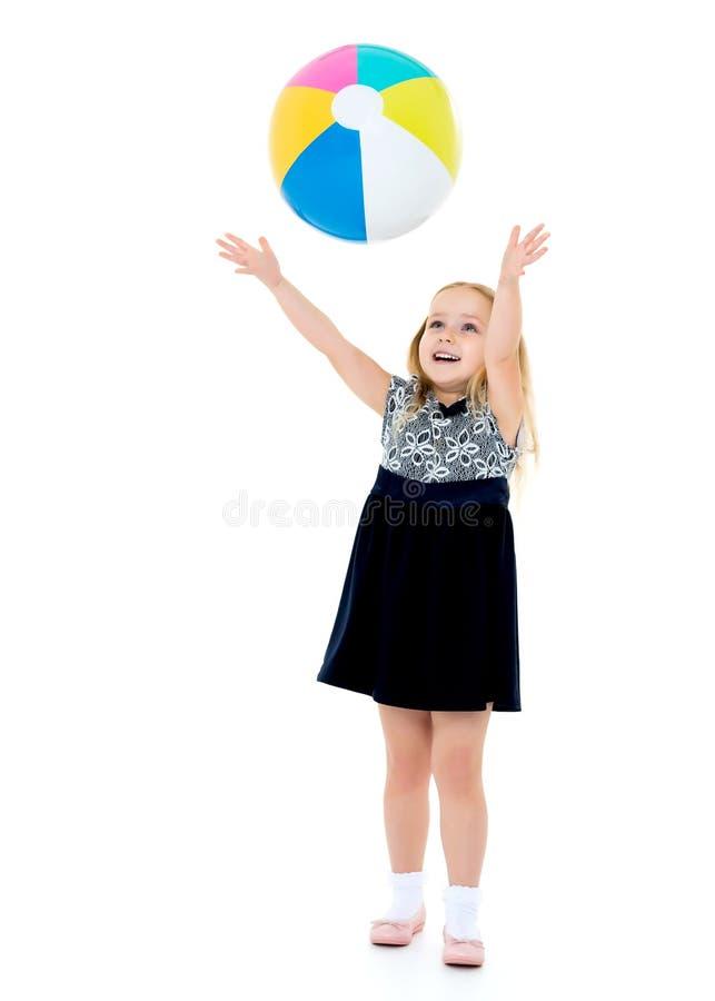 La bambina sta giocando con una palla fotografie stock libere da diritti