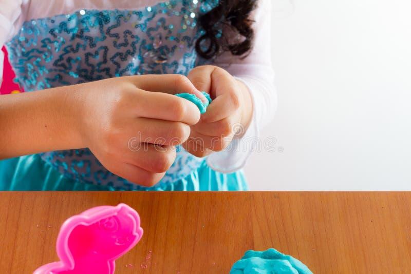 Download La Bambina Sta Imparando Usare La Pasta Variopinta Del Gioco Fotografia Stock - Immagine di bambino, argilla: 56884304