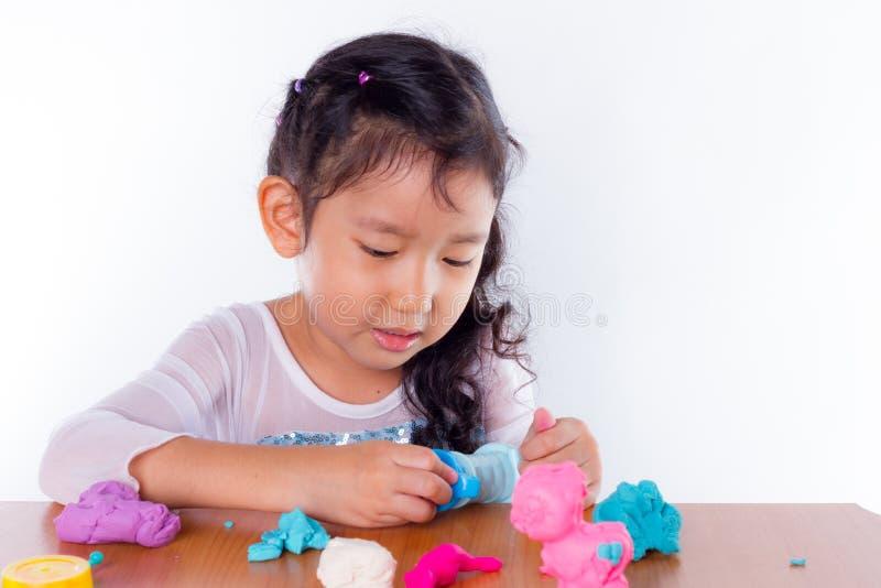 Download La Bambina Sta Imparando Usare La Pasta Variopinta Del Gioco Immagine Stock - Immagine di plasticine, mano: 56884347