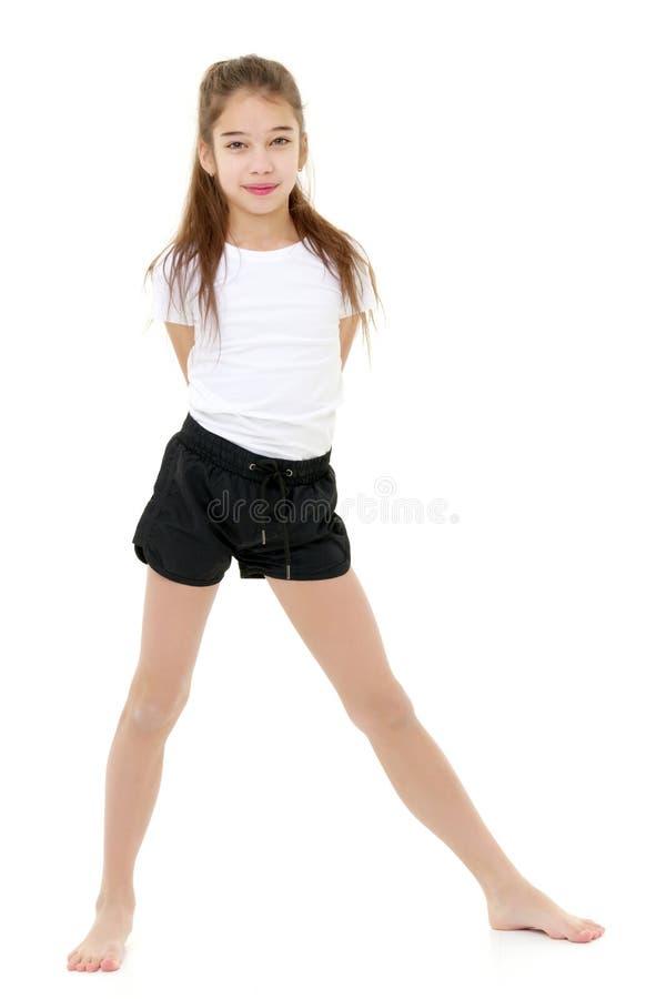 La bambina in una maglietta bianca pura per la pubblicit? e mette fotografia stock