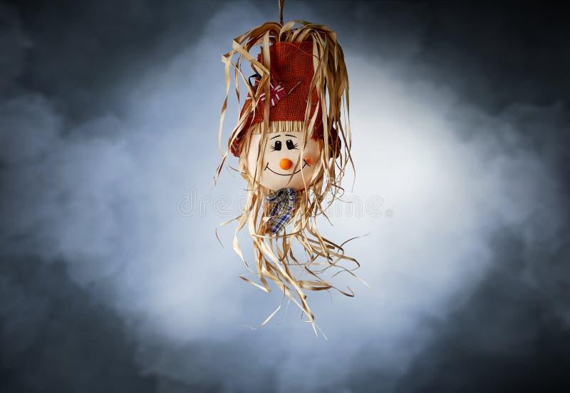 La bambola della fragola di Halloween con le zucche fuma il testo di orrore del fondo fotografia stock libera da diritti