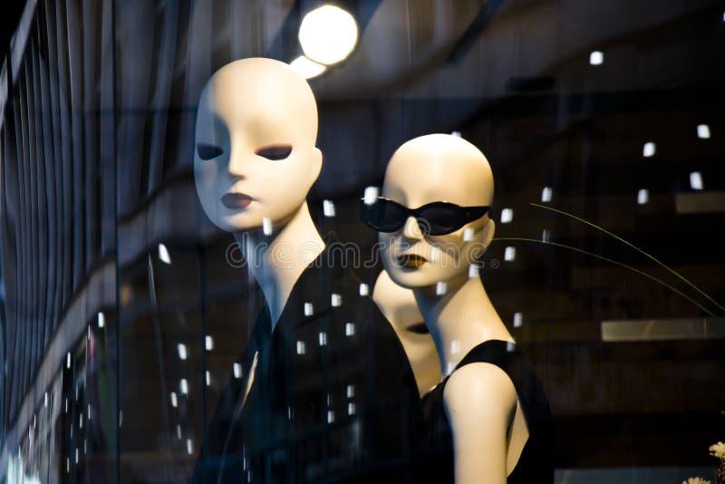 La bambola femminile del manichino ha visualizzato la n la finestra del negozio con il refl della città immagini stock libere da diritti