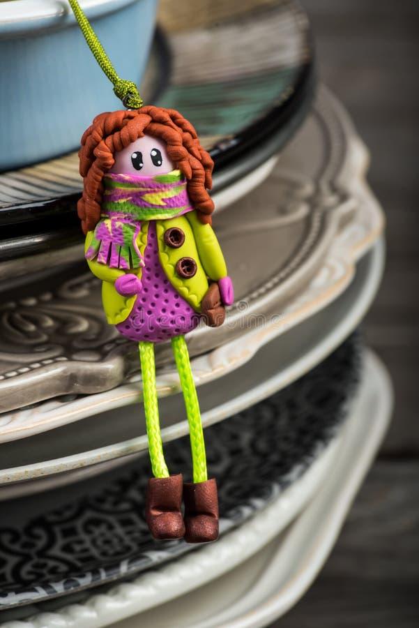 La bambola graziosa della testarossa si è vestita nel verde porpora ed elettrico fotografia stock