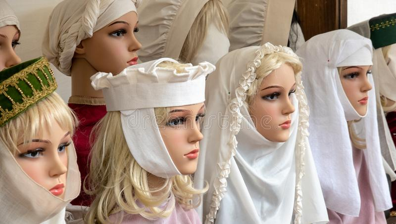 La bambola si dirige con i veli e le sciarpe medievali per coprire i capelli, tradizione cristiana fotografie stock