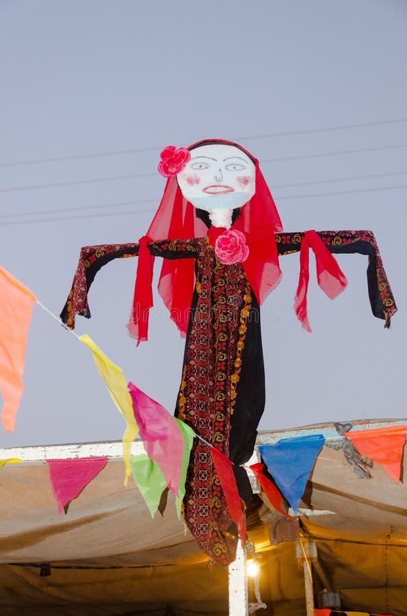 La bambola in un vestito da sposa arabo beduino tradizionale immagini stock