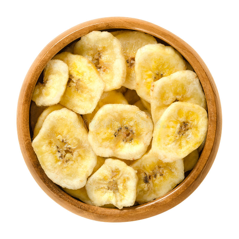 La banana secca scheggia in ciotola di legno sopra bianco immagini stock libere da diritti