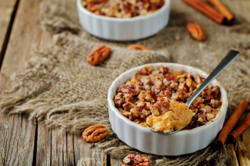 La banane de patate douce a fait la farine d'avoine cuire au four avec la croûte de miette de noix de pécan photo libre de droits