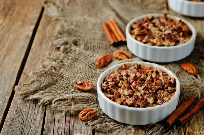 La banane de patate douce a fait la farine d'avoine cuire au four avec des crus de miette de noix de pécan image libre de droits