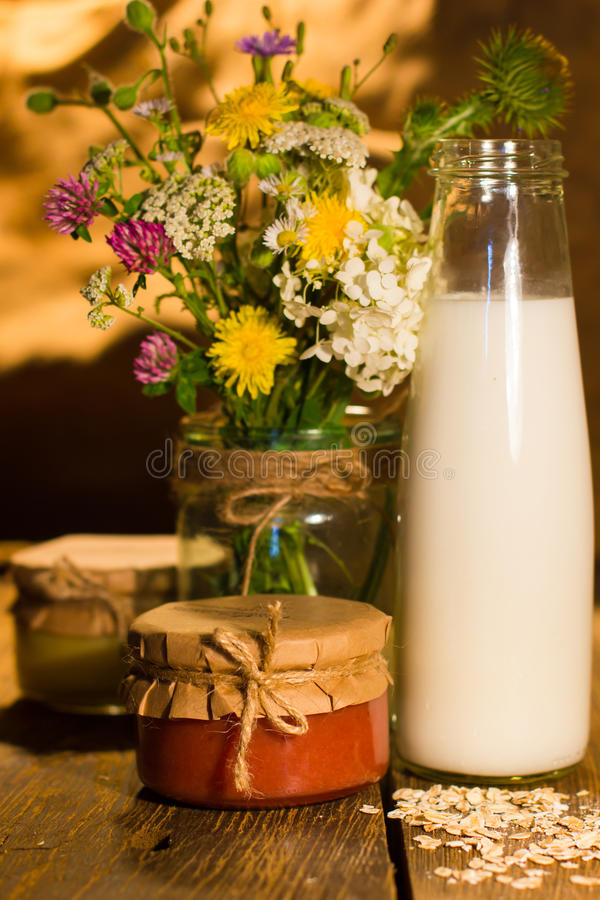 La banane et le pamplemousse bloquent en pots et lait dans la bouteille photo stock