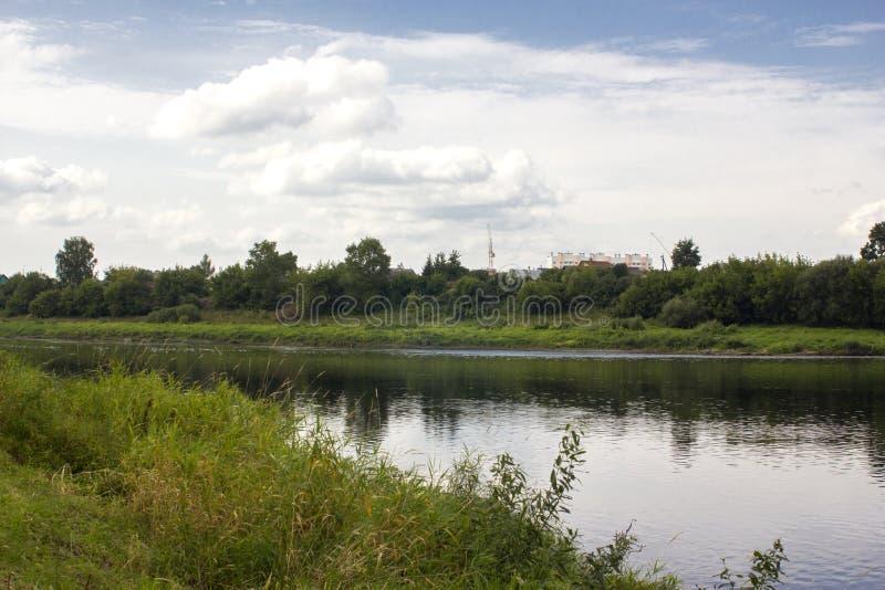 La Banca del fiume e del cielo nuvoloso immagini stock