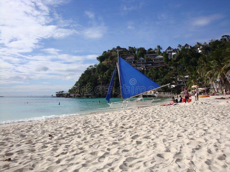 La Banca filippina tradizionale & x28; Bangka& x29; barca con la vela blu sulla spiaggia dell'isola tropicale immagini stock libere da diritti