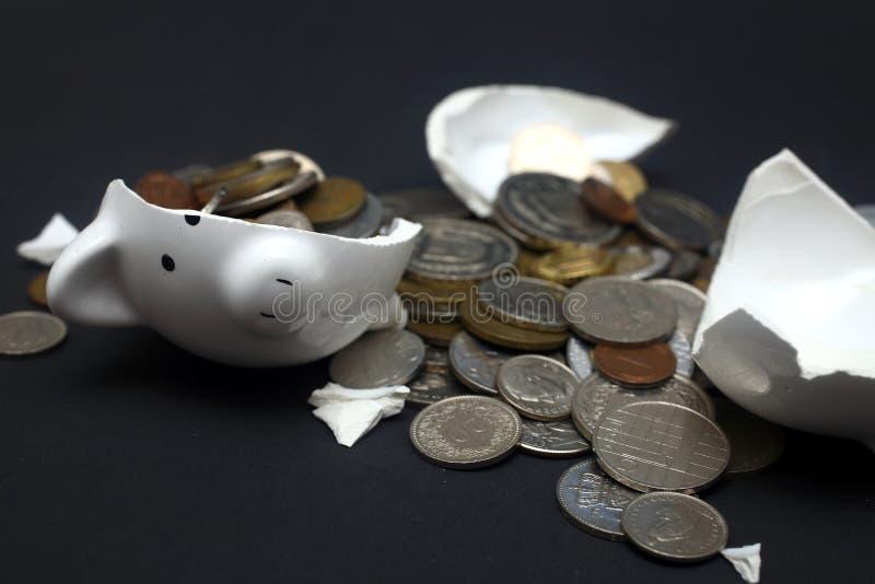La Banca Piggy rotta immagini stock libere da diritti