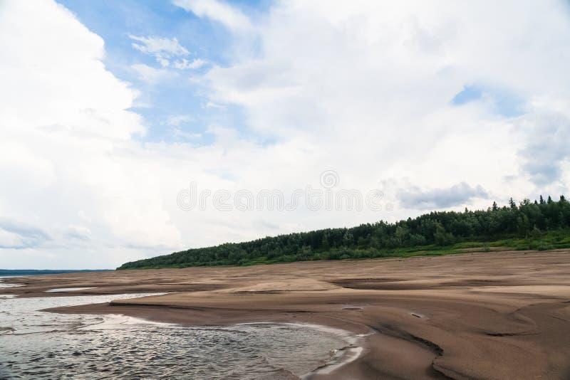 La banca sabbiosa del fiume Enisej A nord del territorio di Krasnojarsk fotografia stock