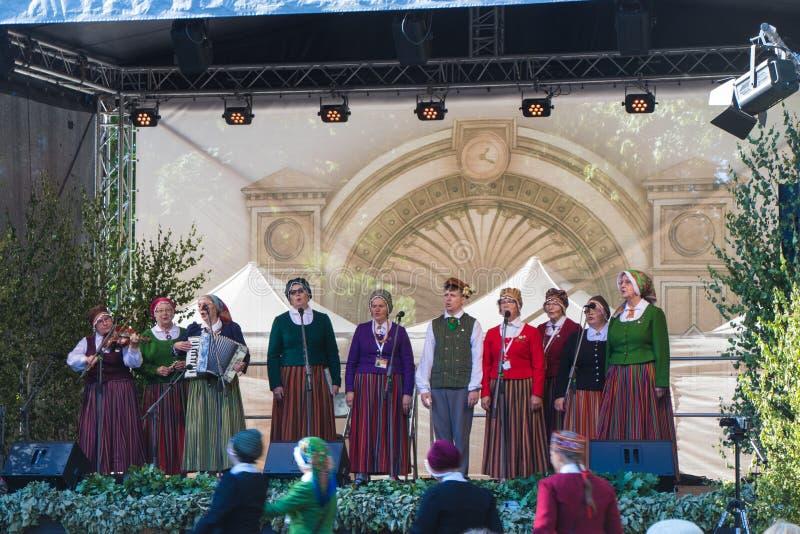 La banda aficionada canta en etapa Festival de la canción en Riga foto de archivo libre de regalías