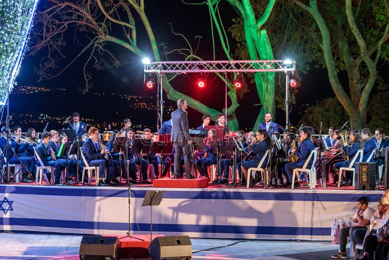 La banda de metales juega música en honor de las que caído en la ceremonia en el sitio conmemorativo al caido en el ` s de Israel imagenes de archivo